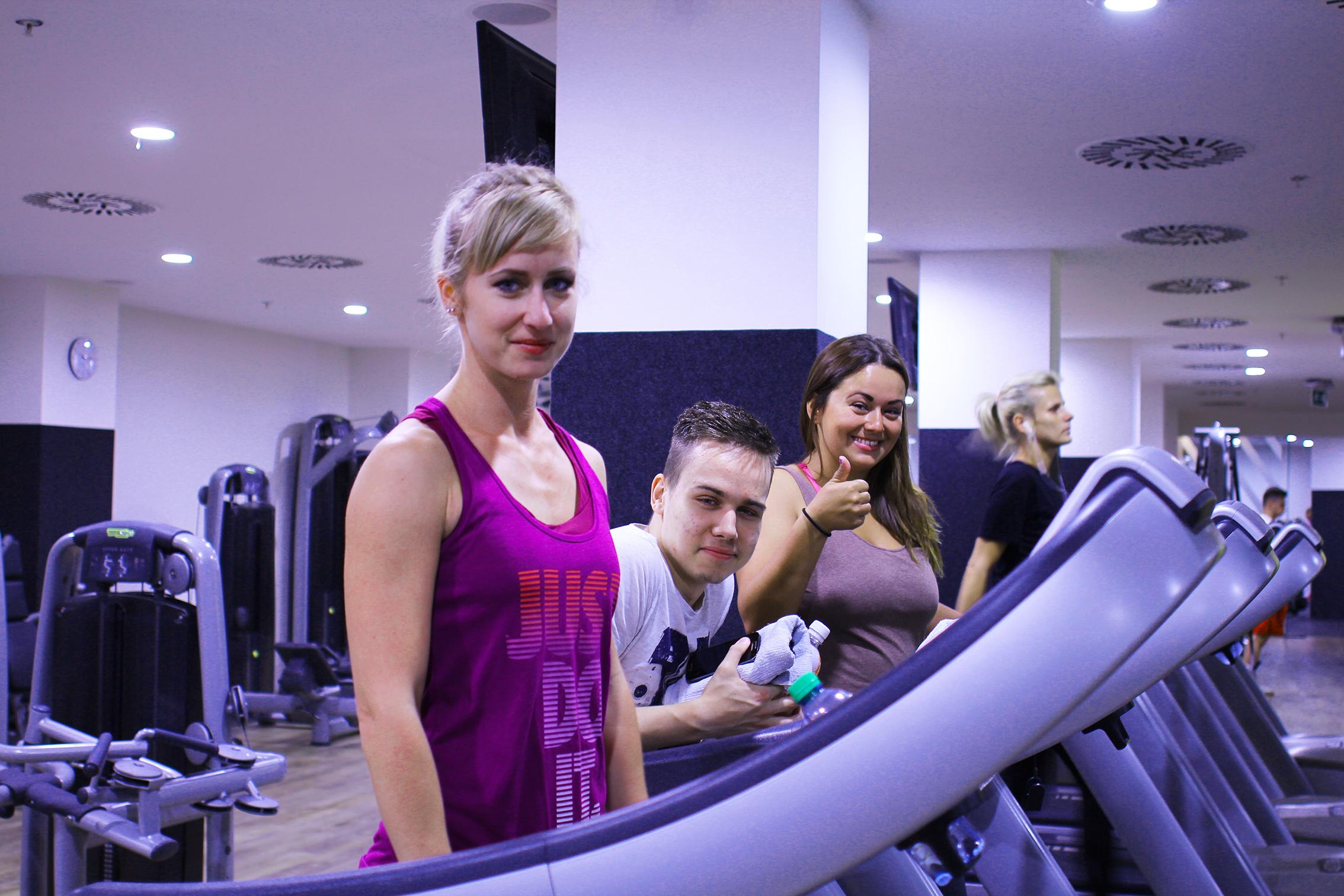 Vo fitness centre v Starom meste si tréningy užívajú.